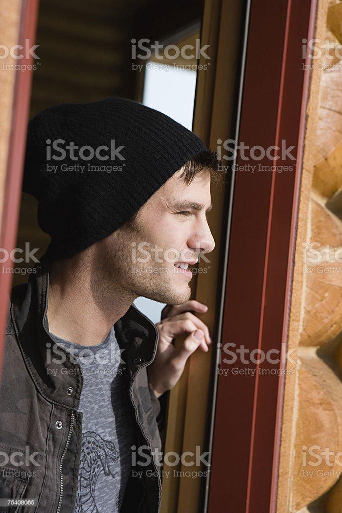 Jovem, olhando para fora foto de stock royalty-free