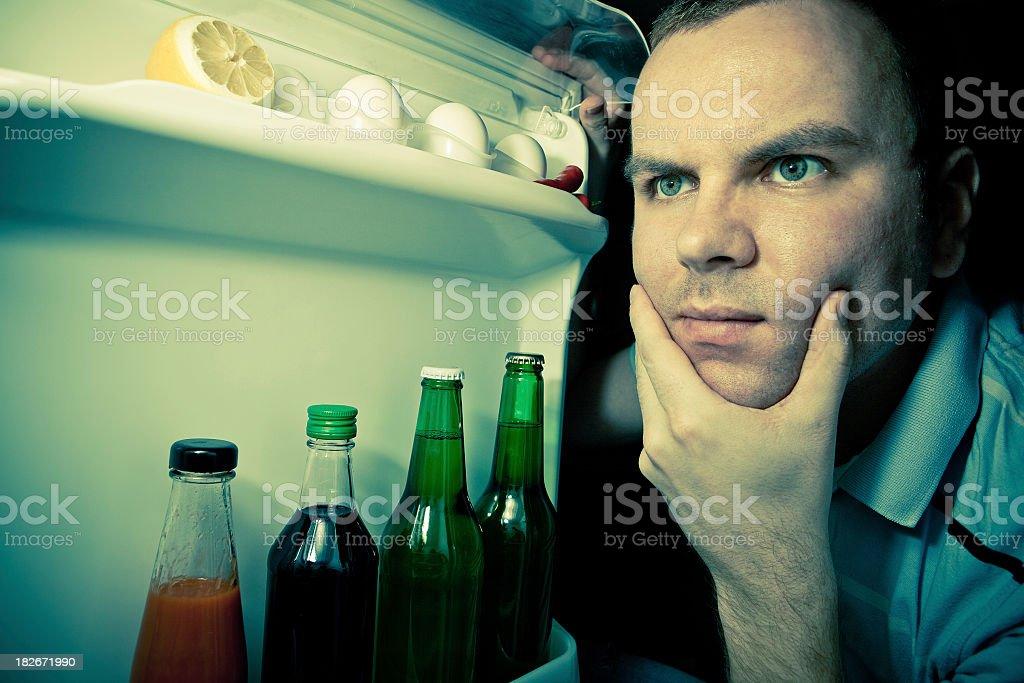 Junger Mann auf der Suche nach Essen in Kühlschrank – Foto