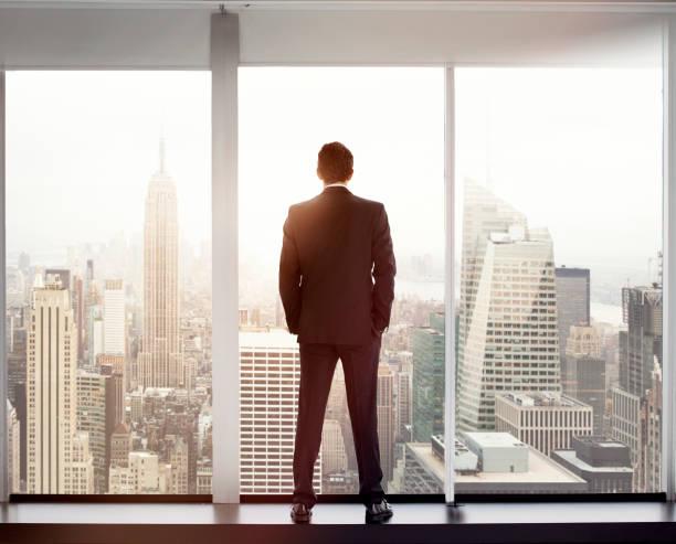 Junger Mann, Blick auf die skyline der Stadt – Foto