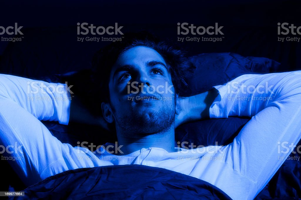 Young man lying awake - Royalty-free 20-29 jaar Stockfoto