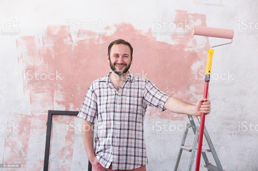 Hombre joven haciendo su casa renovación solo - foto de stock