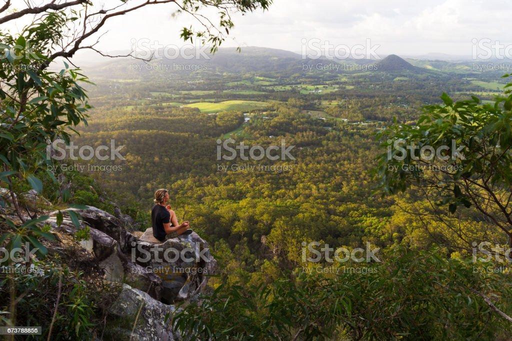 Genç adam bir dağ üzerinde meditasyon royalty-free stock photo