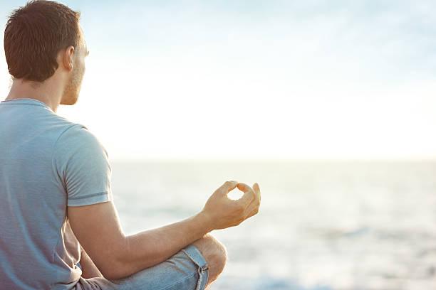 Junger Mann Meditieren – Foto