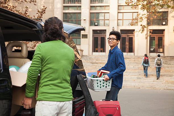 jovem em movimento em dormitório na college campus - vida de estudante - fotografias e filmes do acervo