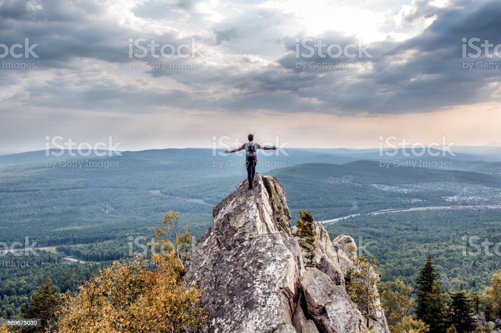 산의 정상에 젊은 남자. - 로열티 프리 구름 스톡 사진