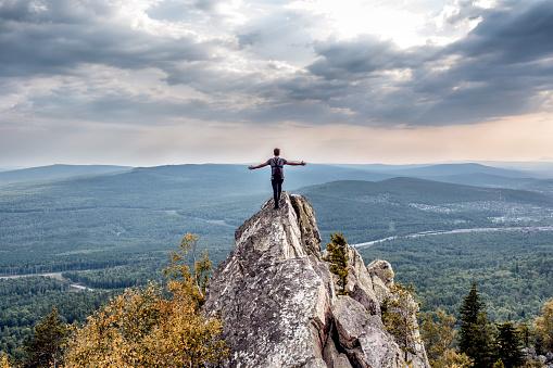 산의 정상에 젊은 남자 구름에 대한 스톡 사진 및 기타 이미지