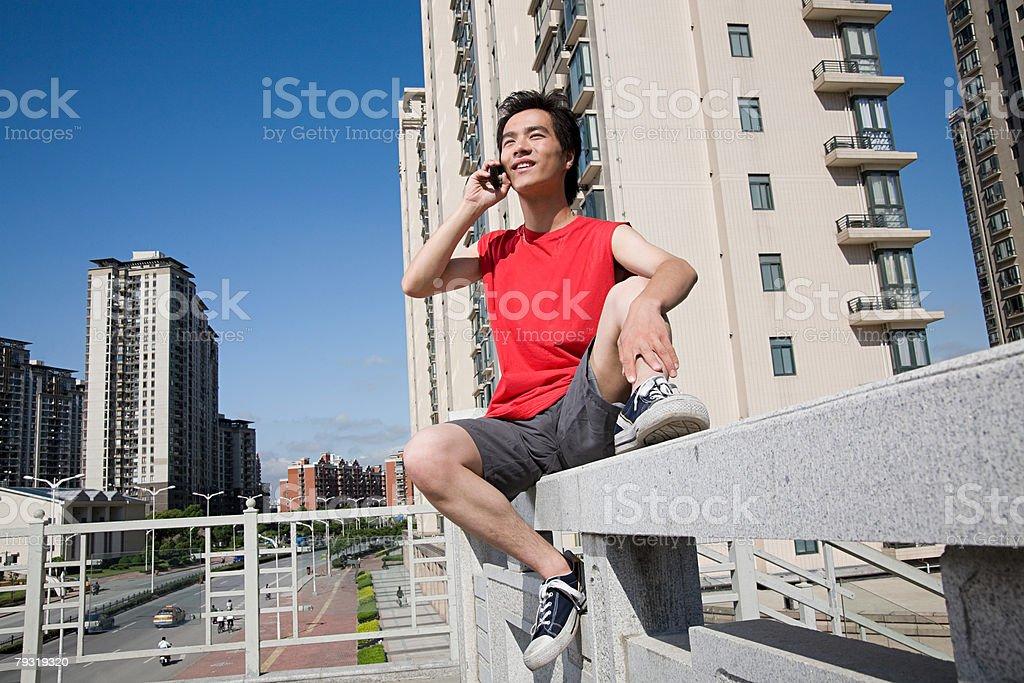 젊은 남자 on 휴대폰 royalty-free 스톡 사진