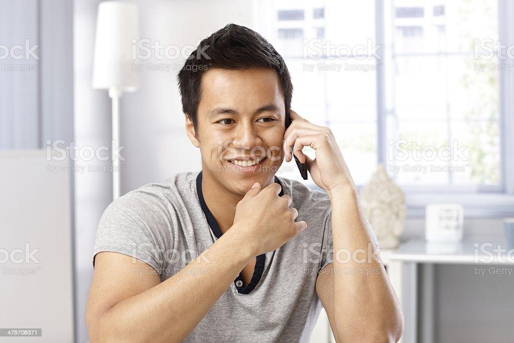 Junger Mann auf Handy lächelnd – Foto