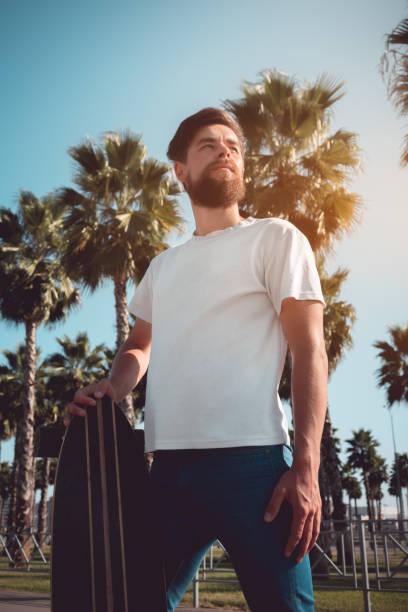 junger Mann auf dem Longboard. Hipster junge Kultur. – Foto