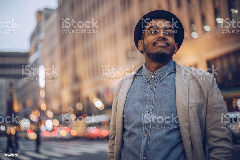 Ung man på gatan - Royaltyfri Affärsman Bildbanksbilder