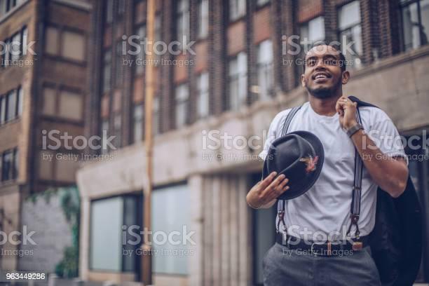 Genç Adam Sokakta Stok Fotoğraflar & Adamlar'nin Daha Fazla Resimleri
