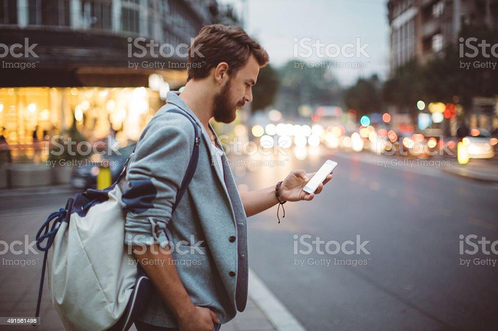 Молодой человек на улицах большого города. стоковое фото