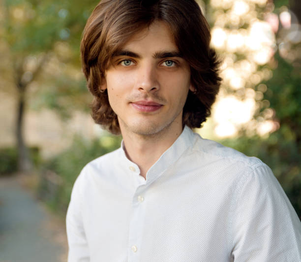 Retrato al aire libre de hombre joven - foto de stock
