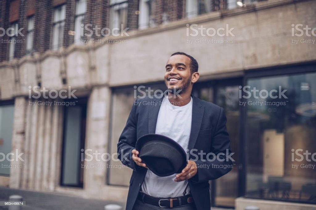 Jeune homme à l'extérieur - Photo de A la mode libre de droits