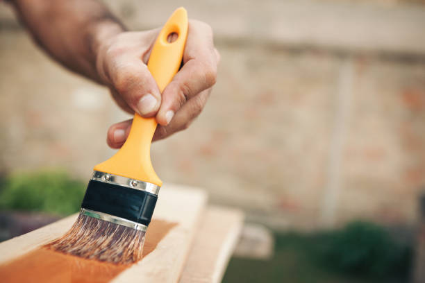 Junger Mann, Malerei und Befestigung Holzbrett – Foto