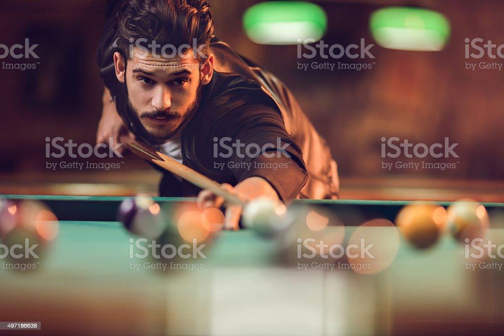 Junger Mann spielen Sie Billard in einem pool hall. – Foto