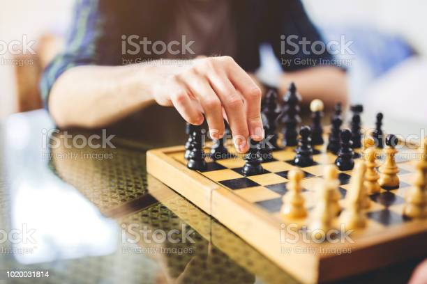 Young Man Playing Chess - Fotografias de stock e mais imagens de Adulto