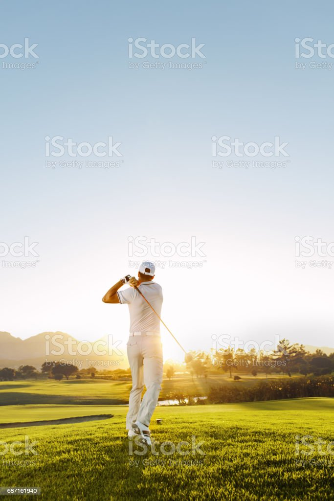 Young man playing golf on a sunny day - foto de stock