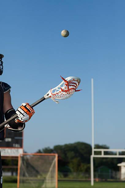 młody człowiek gry w lacrosse - kij do gry w lacrosse zdjęcia i obrazy z banku zdjęć
