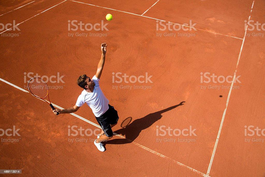 Junger Mann spielt tennis – Foto
