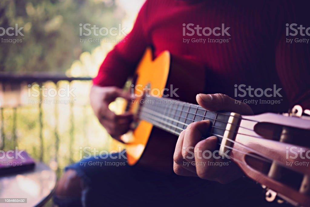 Genç adam bir kafede gitar çalmak. stok fotoğrafı