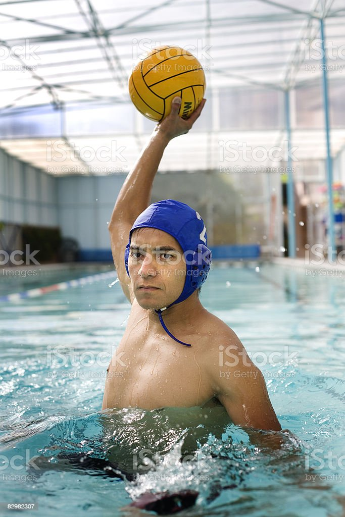 Young man playing water polo royalty free stockfoto