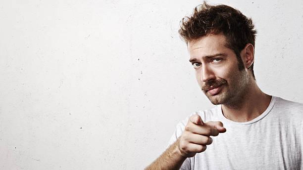 若い男性カメラに向かって指す - 指差す ストックフォトと画像