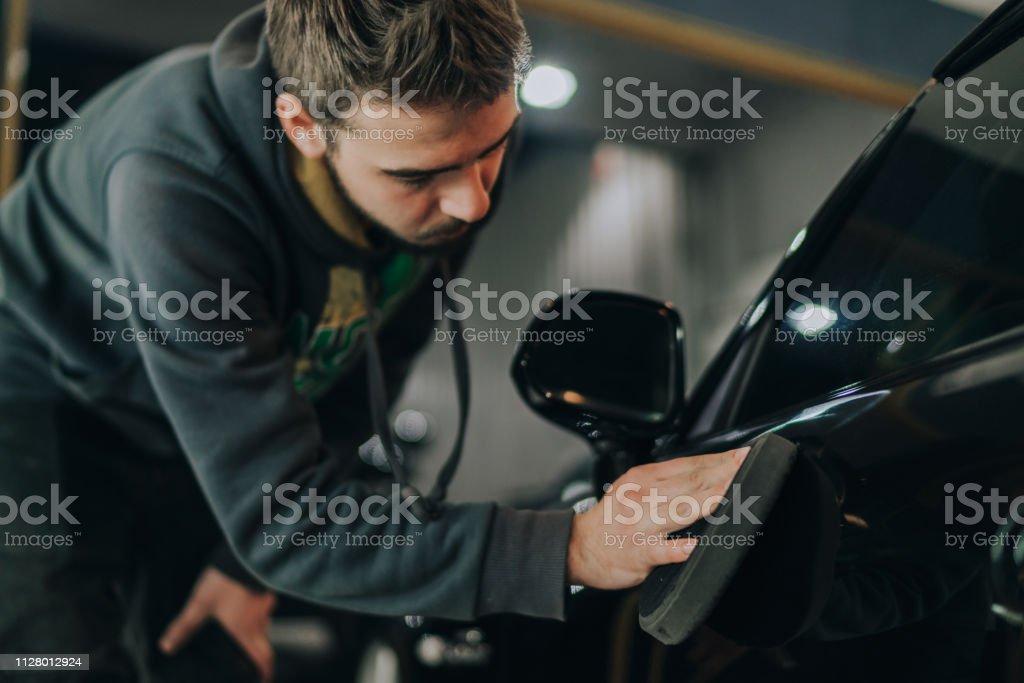 Junger Mann, ein Auto Polieren – Foto