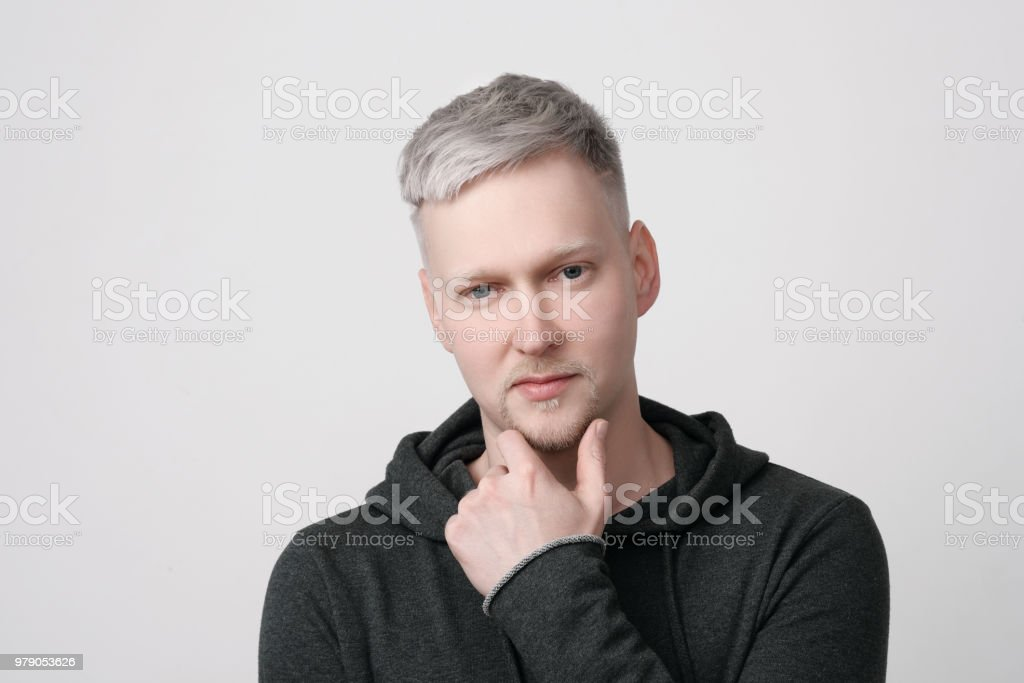 Junger Mann Porträt Auf Weißem Hintergrund Graue Haare Farbe