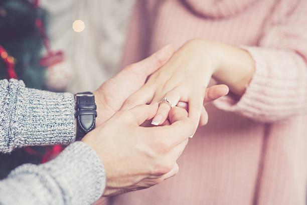 junger mann schlägt seine freundin - verlobung stock-fotos und bilder