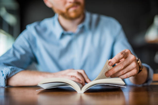 young man reading a book hand close up. - reading zdjęcia i obrazy z banku zdjęć