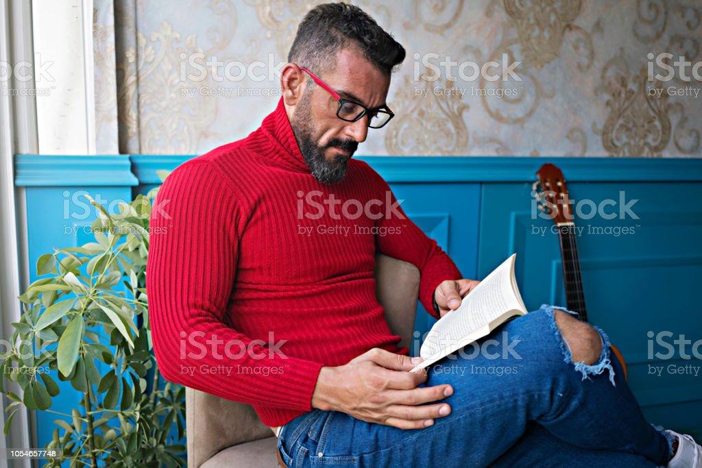 Genç adam bir kitap okuma. stok fotoğrafı
