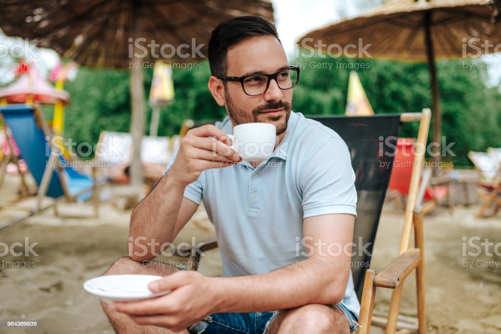 Jonge man ontspannen op het strand. - Royalty-free Alleen mannen Stockfoto