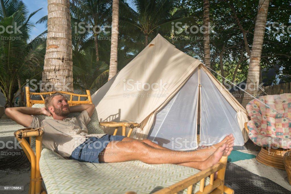 Genç adam rahatlatıcı lüks kamp - Royalty-free 20'lerinde Stok görsel