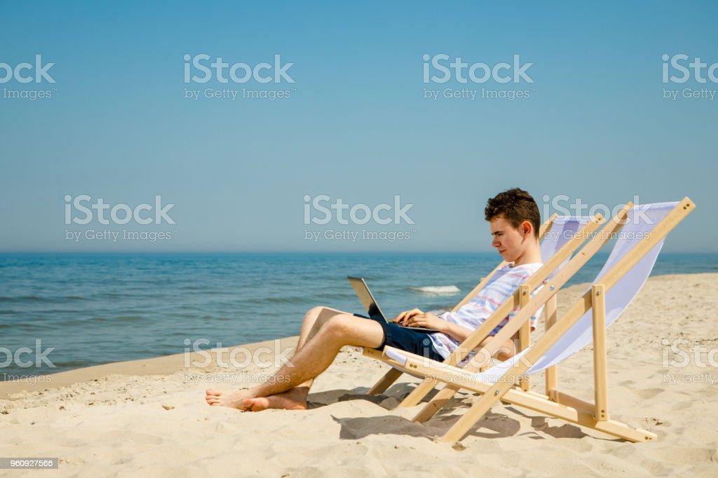 Junger Mann Entspannen am Strand - Lizenzfrei Arbeiten Stock-Foto