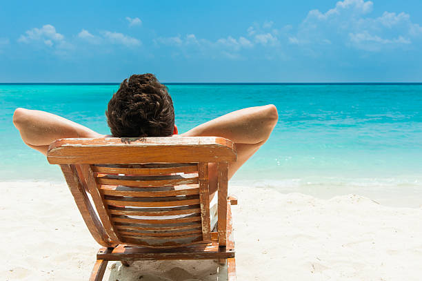 giovane uomo relax sulla spiaggia - abbronzarsi foto e immagini stock