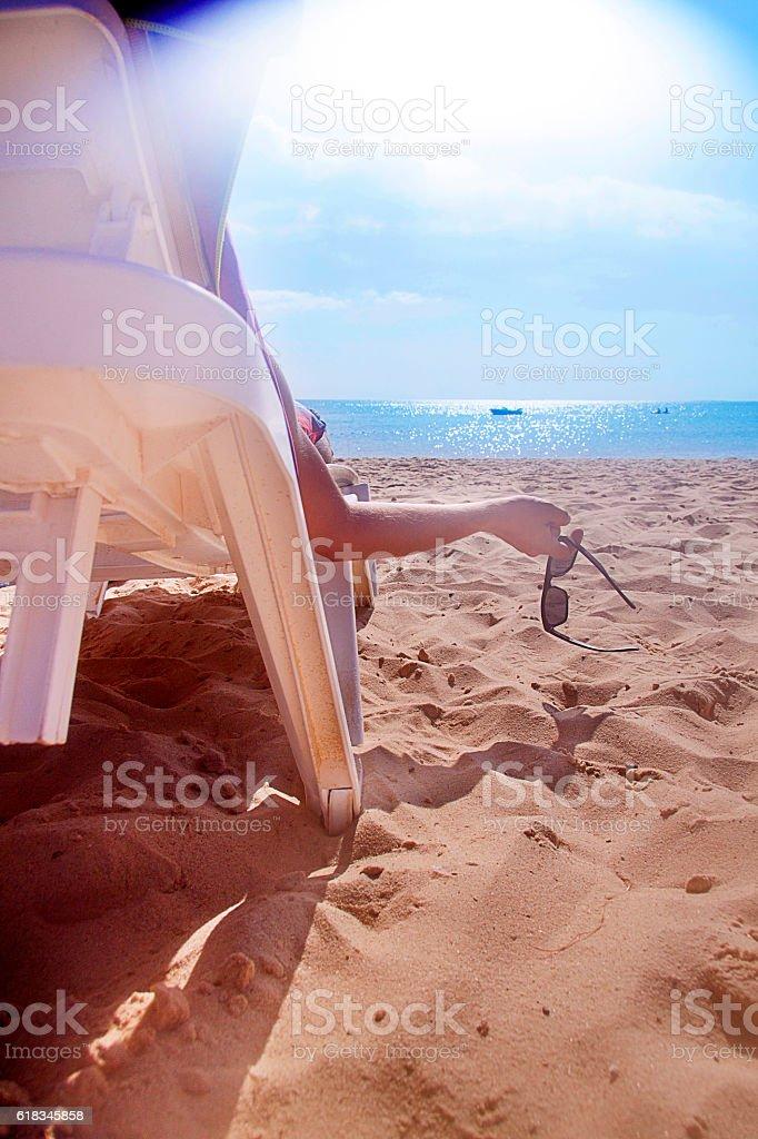 Młody człowiek odpoczynku na plaży – zdjęcie