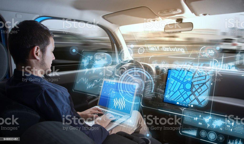 Ung man rider autonoma bil. bildbanksfoto