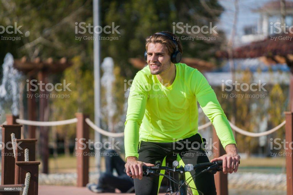 젊은 사람이 타고 자전거 공원에서 royalty-free 스톡 사진