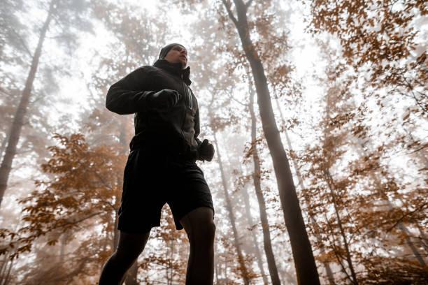 Junger Mann in einen Wald laufen – Foto