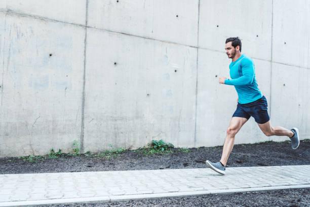 Junger Mann morgens im freien laufen – Foto