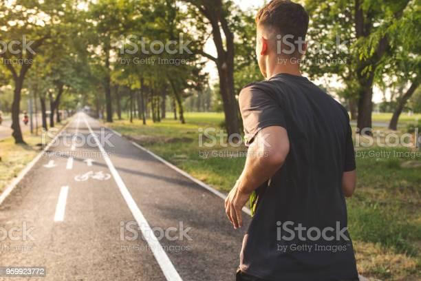 Junger Mann Läuft Stockfoto und mehr Bilder von Aktiver Lebensstil