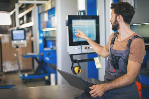 Junger Mann, die Einstellung der Maschinen in der Fabrik – Foto