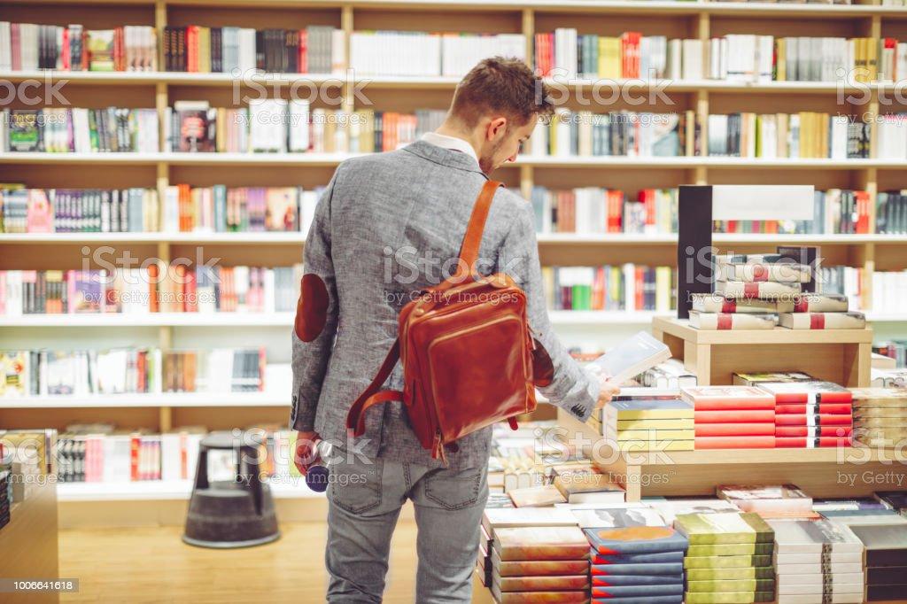 Junger Mann Einkaufen Bücher – Foto