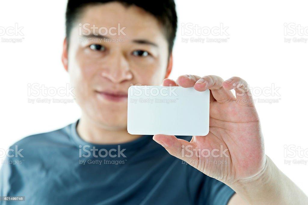Jeune homme montrant une carte de visite photo libre de droits