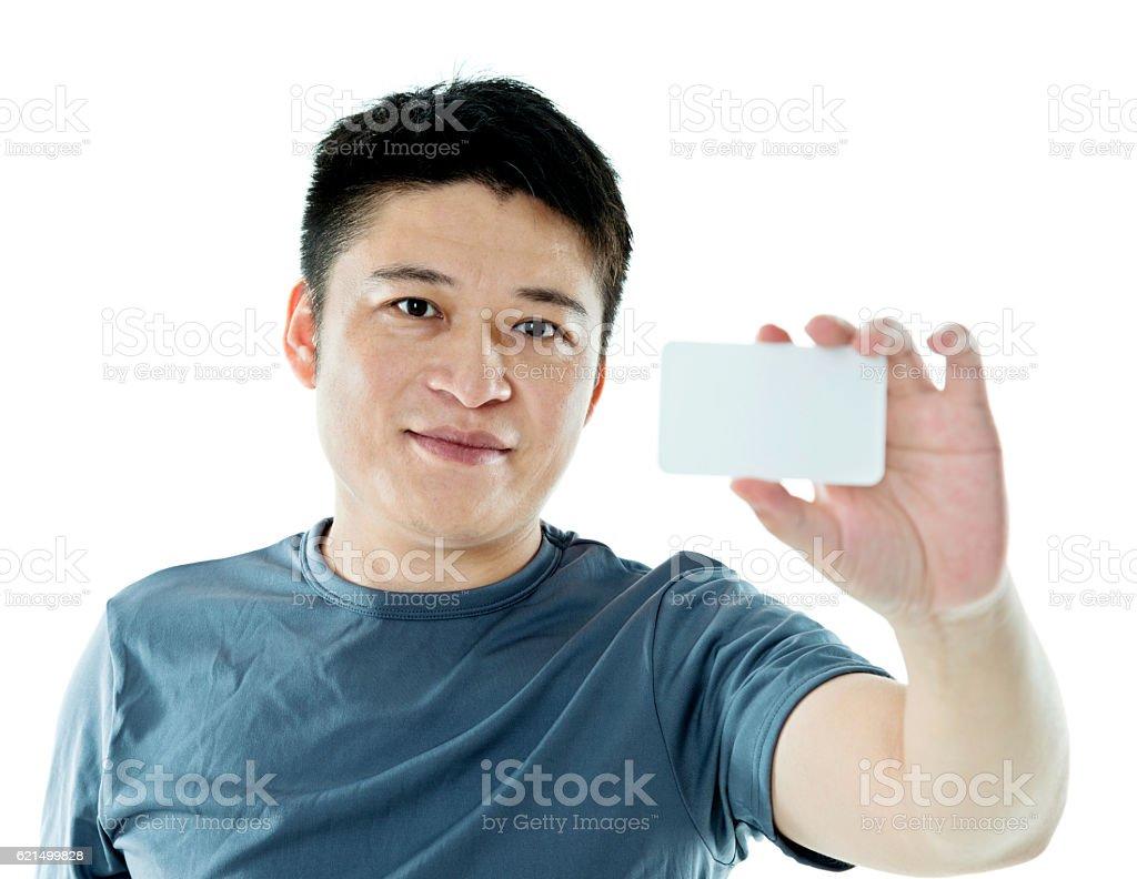 Junger Mann, zeigen eine Visitenkarte Lizenzfreies stock-foto