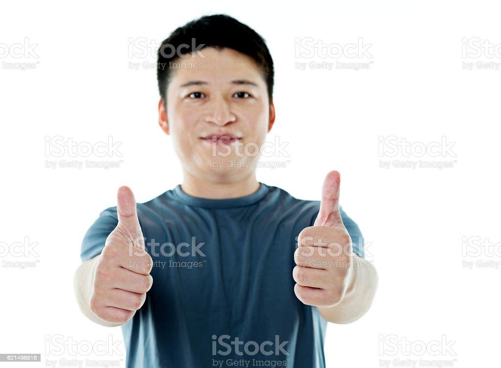 Junger Mann mit Daumen hoch-Schild Lizenzfreies stock-foto
