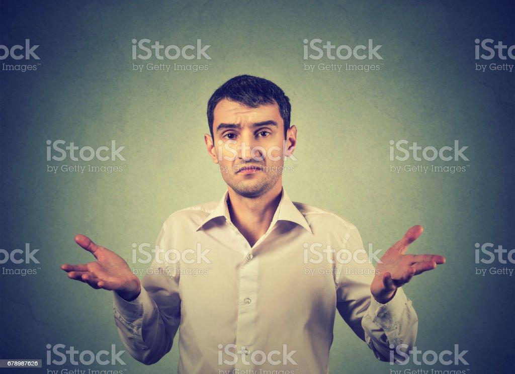 Genç adam Shrugging omuzlar çok ne jest bilmiyorum royalty-free stock photo