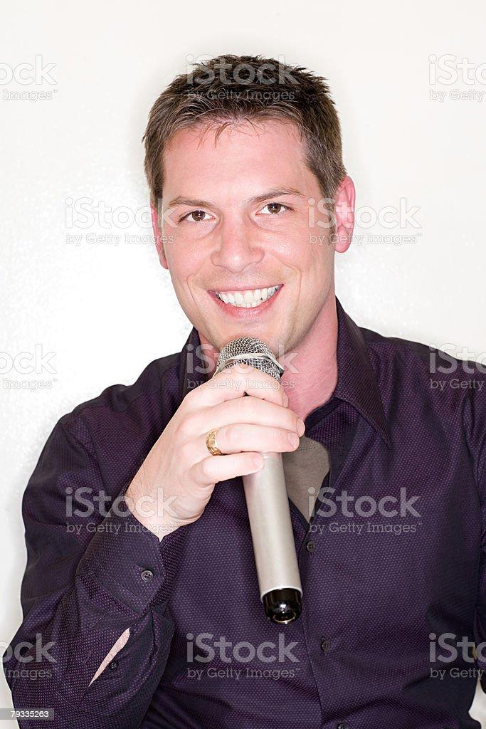 Jovem cantar karaoke foto de stock royalty-free