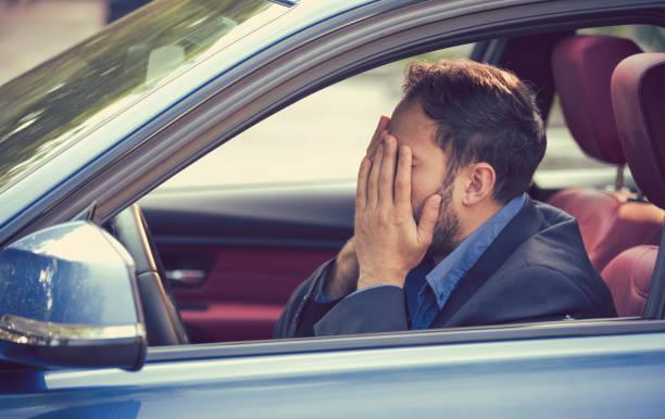 junger mann sitzt in seinem auto und fühlt sich gestresst und aufgeregt - kinder die schnell arbeiten stock-fotos und bilder